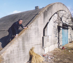 保存に向け調査中の掩体壕を視察